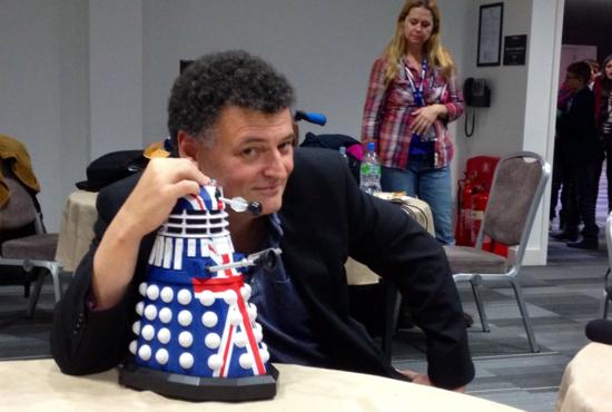 Steven Moffat posa con el Dalek británico del 50 aniversario (Foto: Á. P. RUIZ DE ELVIRA)