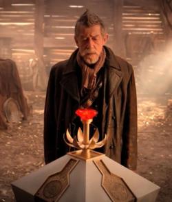John Hurt duda con el botón rojo...
