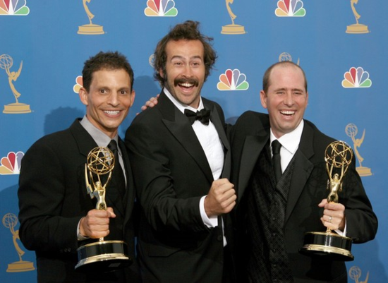 El director y productor Marc Buckland, el actor Jason Lee y el productor Greg Garcia, con dos de los Emmy conseguidos por 'Me llamo Earl'